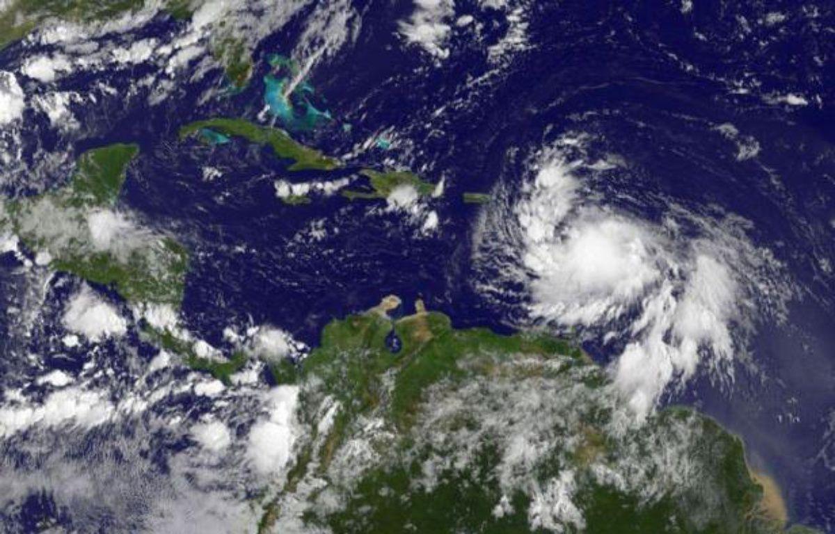 """La préfecture de la Guadeloupe a annoncé mercredi à 22H00 locales (4H00 jeudi à Paris) que l'alerte météorologique rouge mise en vigueur sept heures plus tôt en prévision du passage de la tempête tropicale Isaac """"sera levée à 23H00 locales"""", après que la tempête se soit éloignée de l'île en s'affadissant lors de son passage à sa proximité. –  afp.com"""