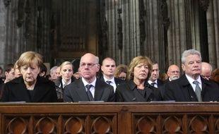 Angela Merkel, Norbert Lammert, Daniela Schadt et Joachim Gauck à la Cathédrale de Cologne, le 17 avril 2015 lors de l'hommage aux victimes du crash . AFP PHOTO / POOL / OLIVER BERG