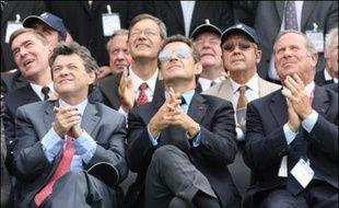 """Nicolas Sarkozy, en visite samedi au Salon aéronautique du Bourget, a prôné une """"vraie politique industrielle européenne"""" face à la concurrence des géants chinois ou américain, et une """"remise à plat"""" des programmes militaires français déjà engagés."""