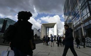 Des salariés sur le parvis de La Défense à Paris (image d'illustration).