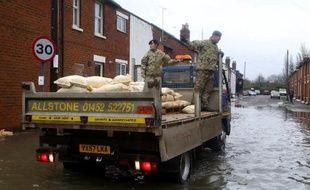 Une nouvelle tempête en provenance de l'Atlantique s'est abattue vendredi sur le Royaume-Uni, menaçant de déverser l'équivalent d'un mois de pluie sur des régions déjà inondées pendant cet hiver exceptionnel, l'un des plus humides de l'histoire du pays.