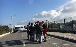 Groupe de migrants sur la route qui mène au camp de Calais le 25 octobre 2016