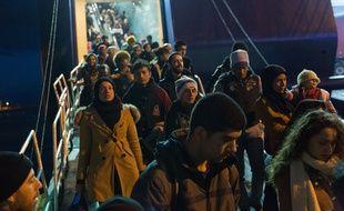 Plus d'un millier de migrants débarquent à Athènes, le 18 décembre 2015.