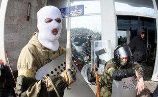 Des activistes pro-russe masqués et armés le 7 avril 2014 devant un bâtiment administratif à Donetsk