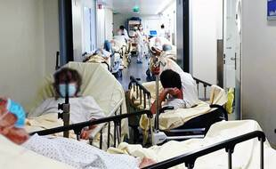 Des brancards entassés dans un couloir. Une image devenue courante aux urgences du CHU de Rennes.