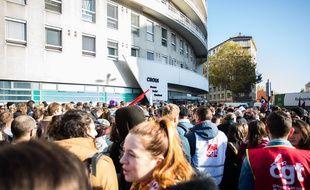 Rassemblement de plus de 1.000 personnes devant le Crous de Lyon, mardi, en soutien à l'étudiant stéphanois, Anas, brûlé à 90% après son immolation, vendredi 8 novembre, mettant en cause une situation de précarité financière trop importante pour vivre.