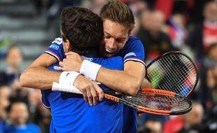 Nicolas Mahut et Piuerre-Hugues Herbert se congratulent après leur succès en double face à la Serbie