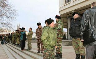 Une centaine d'hommes en tenues de camouflage entoure l'Assemblée régionale de Simféropol, en Crimée, le 7 mars 2015.