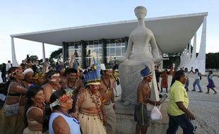 Des Indiens de la réserve indigène Raposa Sorra do Sol fêtent leur victoire, après que la Cour suprême du Brésil leur a donné raison contre des riziculteurs.