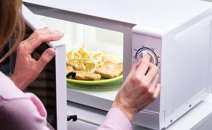 Le four micro-ondes, l'outil parfait pour les plats réchauffés.