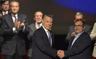 Le président Juan Manuel Santos et le chef de la guérilla marxiste des Forces armées révolutionnaires de Colombie (Farc), Rodrigo Londono, ont signé la paix sous les applaudissements.