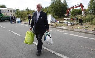 Le Père Arthur distribuant de la nourriture et des vêtements aux familles Roms dans la métropole lilloise.