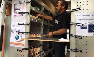 Un bénévole dans le nouveau camion des Restos du Coeur 44