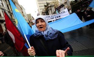 Une femme turque manifeste à Istanbul contre la visite du président russe en Turquie le 1er décembre dernier.