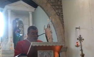 Don Massimiliano Pusceddu lors de son prêche