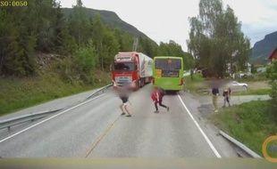 Le camion s'est arrêté à seulement quelques centimètres de l'enfant.
