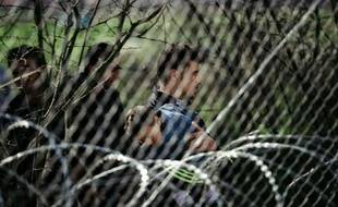 Des migrants le 3 mars 2016 près de Gevgelija,  à la frontière entre la Grèce et la Macédoine.