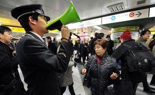 Dans une gare de Tokyo, après un tremblement de terre de magnitude 7.3, le 7 décembre 2012