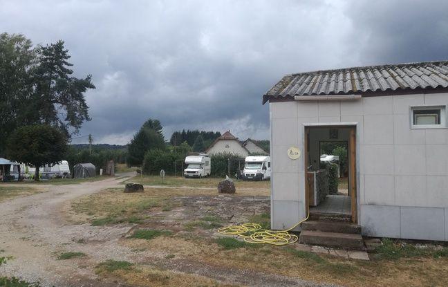 Les sanitaires du camping le moins cher de France ont été réalisées par le gérant Gégé et sa compagne Isa, aidés des plus anciens habitués.