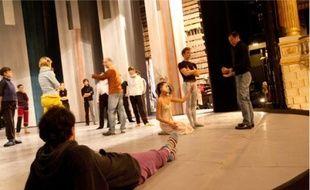 Les danseurs commencent leur journée par une heure et demie de « classe » (échauffements à la barre et exercices) sur la scène du Grand Théâtre, en tenues de sport. Après une courte pause de 30 minutes et un déjeuner sur le pouce, la répétition du spectacle commence, sous l'œil attentif du choréraphe Charles Judes.