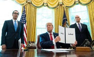 Donald Trump, entouré par son secrétaire au Trésor Steve Mnuchin et le vice-président Mike Pence, a approuvé de nouvelles sanctions contre l'Iran, le 24 juin 2019.