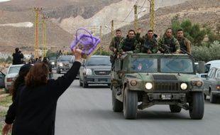 Une femme salue un convoi de l'armée libanaise dans le village de Labweh au Liban, le 1er décembre 2015