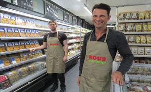 """Vincent Justin, cofondateur des épiceries """"Nous"""" et, en arrière-plan, le directeur du magasin parisien Mathieu Bazoin."""