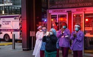 Du personnel soignant devant les urgences du Langone Medical Center à New York, le 10 avril 2020.