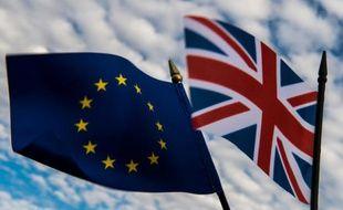 Le drapeau du Royaume-Uni flotte à côté du drapeau de l'Union Européenne, le 20 mai 2016 à Lille