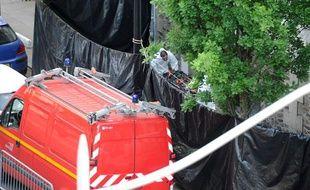 Un corps découvert dans le jardin de la famille Dupont de Ligonnès est évacué de la maison à Nantes, le 21 avril 2011.