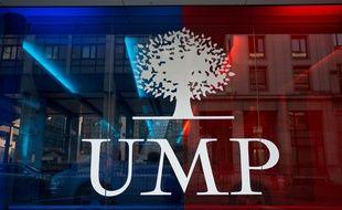 Le Logo de l'UMP sur une vitre au siège du parti dans le Xvème arrondissement de Paris