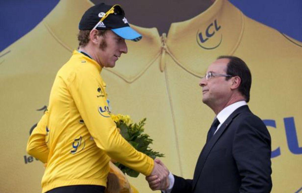 François Hollande a retrouvé avec bonheur vendredi ses terres de Corrèze à l'occasion de l'étape du Tour de France à Brive-La-Gaillarde, soulignant sa volonté de rester proche des Français sans cacher les efforts qui devront être consentis face à la crise. – Joel Saget afp.com