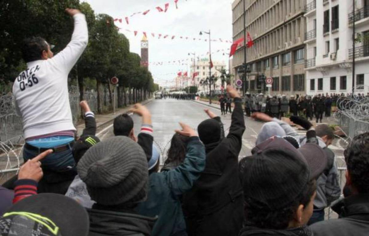 Les islamistes au pouvoir en Tunisie ont rejeté jeudi la formation d'un gouvernement de technocrates souhaitée par le Premier ministre et le principal syndicat a annoncé une grève générale vendredi, marquant une escalade de la crise déclenchée par l'assassinat d'un opposant. – Khalil afp.com