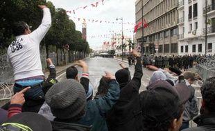 Les islamistes au pouvoir en Tunisie ont rejeté jeudi la formation d'un gouvernement de technocrates souhaitée par le Premier ministre et le principal syndicat a annoncé une grève générale vendredi, marquant une escalade de la crise déclenchée par l'assassinat d'un opposant.