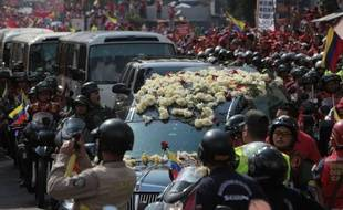 La dépouille du président vénézuélien Hugo Chavez, dont l'embaumement semble de plus en plus compromis, a été transférée vendredi dans une ancienne caserne de Caracas, lors d'une ultime procession accompagnée par des milliers de partisans vêtus de rouge.