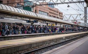 Des passagers attendent en gare, à Lyon, le 2 avril 2018.