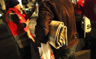 Illustration d'une personne sans-abri prise en charge par une maraude du Samu Social dans les rues de Rennes.