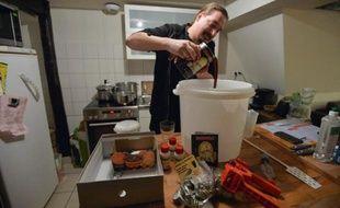Lucas Weibel brasse sa propre bière chez lui à Strasbourg, le 12 décembre 2014
