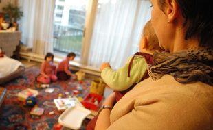 Une assistante maternelle gardant des enfants à son domicile (illustration).