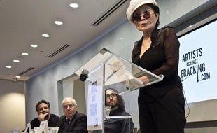 """Yoko Ono et Sean Lennon présentent """"Artists against fracking"""", le 29 août 2012, à New York."""