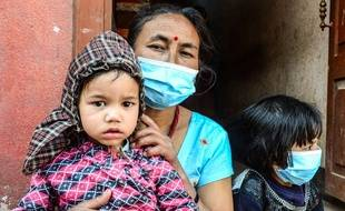 Kalplna with her child. The Nepal earthquake of 2015 or Nepal Greater Earthquake that take toll of more than 6,000 people and injured more than twice as many. (Photo by Prabhat Kumar Verma / Pacific Press)/PACIFICPRESS_114510/Credit:PACIFIC PRESS/SIPA/1505031159