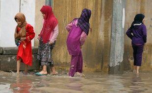 Des fillettes irakiennes dans une rue inondée de Bagdad en décembre 2012.