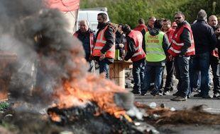 Des grévistes à proximité du site de la raffinerie Total de Donges et du dépôt de carburant d ela SFDM / AFP / J-S EVRARD