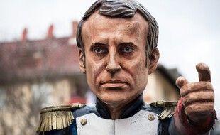 Emmanuel Macron peint en Napoléon dans une manifestation, illustration.