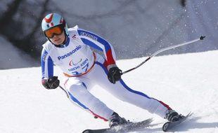 Solène Jambaqué remporte la médaille d'argent du Super-G debout des Jeux paralympiques de Sotchi, le 10 mars 2014.