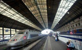 Des passagers attendent sur le quai de la ligne TGV à la gare de Bordeaux-Saint-Jean le 9 juillet 2012
