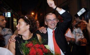 Le candidat PS à la mairie de Carcassonne et député Jean-Claude Pérez salue des militants à son arrivée à sa permanence en compagnie de sa député-suppléante, Tamara Rivel, le 13 septembre 2009, après sa victoire lors du second tour de l'élection municipale de Carcassonne.
