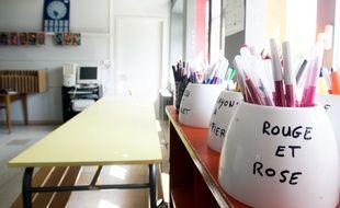 Dans une salle de classe.