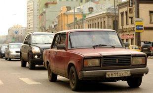 """Une VAZ-2107, ou """"la sept"""" en Russie, la Lada Riva en Europe de l'ouest du constructeur automobile russe AvtoVAZ au centre de Moscou, le 16 avril 2012"""