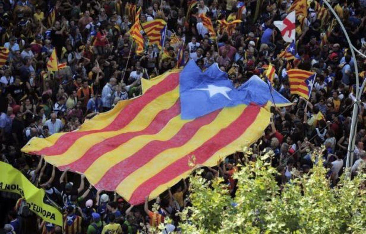 """""""In - Inde - Independencia"""", hurlaient un million et demi de manifestants en défilant mardi à Barcelone, à l'occasion du Jour de la Catalogne et à l'appel des indépendantistes qui accusent l'Etat central d'entraîner cette grande région endettée dans la spirale de la crise. – Josep Lago afp.com"""